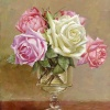 В старинной стеклянной вазочке