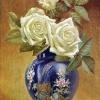 Розы в синей китайской вазе
