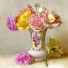 Розы в белой вазочке