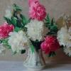 Розовые и белые пионы на светлом фоне