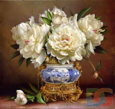 Белые пионы в восточной вазе