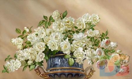 Белые розы в греческой вазе