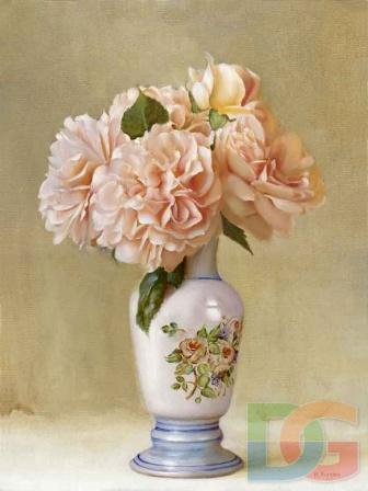 Розы в высокой вазе